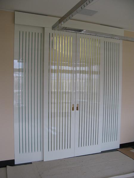 Раздвижные двери со стеклянными ставками