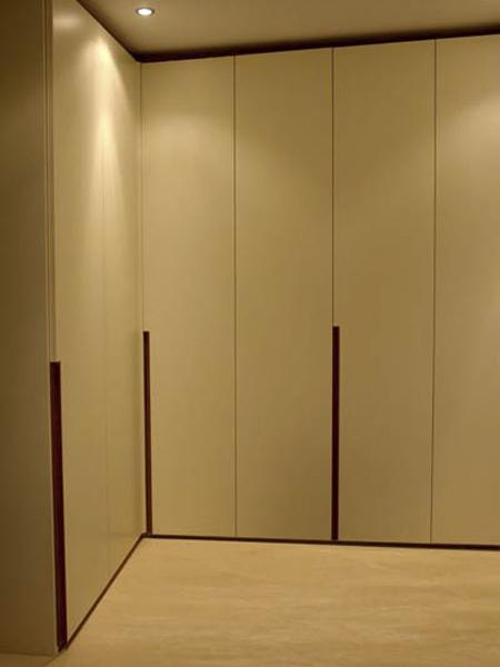 шкаф встроенный с гладкими дверьми